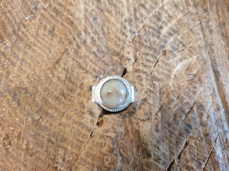 silverring med ljus sten