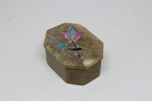 Åttakantig lockask i sten, med blomintarsia i locket