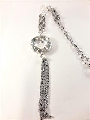 Halsband i silverfärg med hänge och glittrande sten