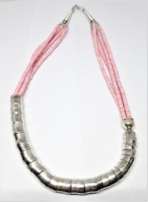 Kort rosa halsband i metall och ben