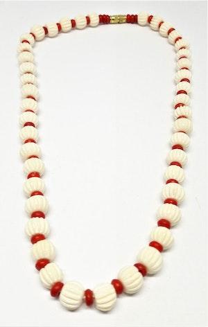 Kort halsband i rött och vitt