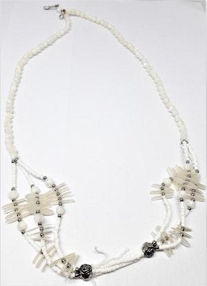 Halsband med vita detaljer och rosor i metall