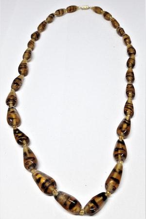 Kort halsband med fint mönstrade stenar