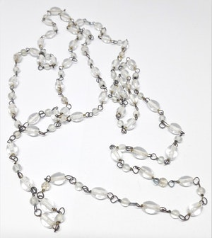 Långt halsband med genomskinliga pärlor