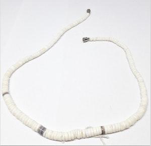Halsband i ben, vitt och grått