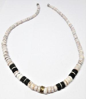 Halsband i ben, vitt och olivgrönt
