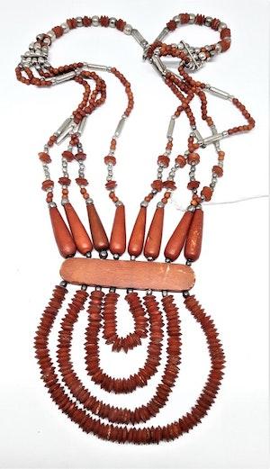 Flerradigt rött halsband i ben och trä