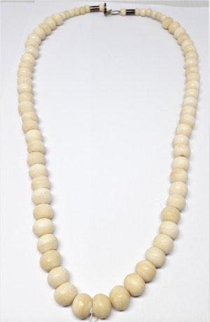 Kort halsband med medelstora kulor av ben