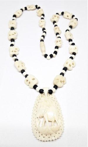 Halsband i ben med fint skurna elefanter och elefant i hänget