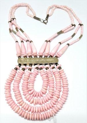 Flerradigt rosa halsband i ben och metall