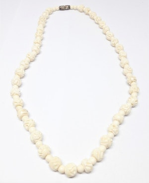 Halsband med utsirade blommor