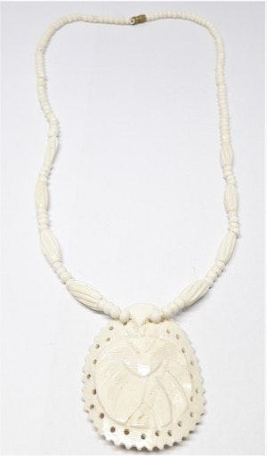 Kort halsband, ben, med randiga ovaler