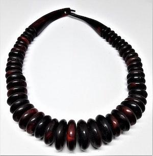 Annorlunda halsband med stora rundlar i rödbrunt