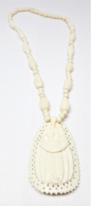 Halsband av ben med rutiga ovaler och hänge