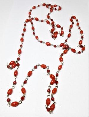 Långt halsband med kulor i rött