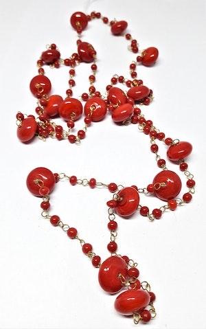 Långt halsband med medelstora kulor i rött