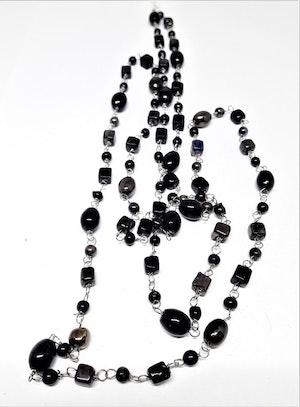 Långt halsband med små kulor i svart