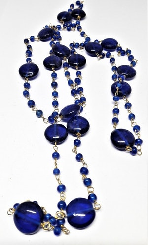 Långt halsband med medelstora kulor i blått