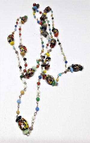Långt halsband med spräckliga kulor