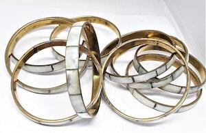 Skimrande, stelt metallarmband