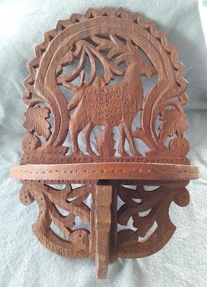Vägghylla i snidat trä med djurmotiv