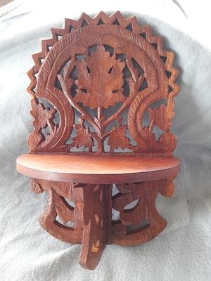 Vägghylla i snidat trä, bladmotiv