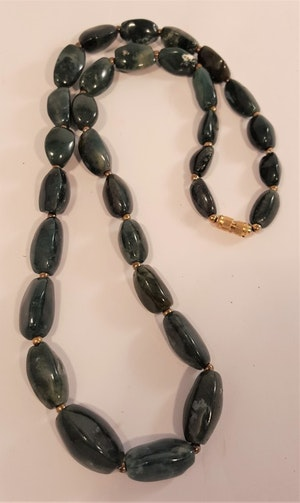Halsband av mörk mossagat, avlånga stenar -65 cm