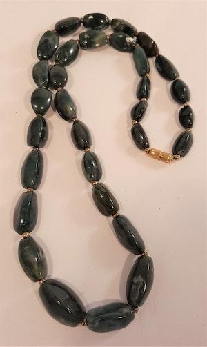 Halsband av mörk mossagat, avlånga runda stenar -64 cm