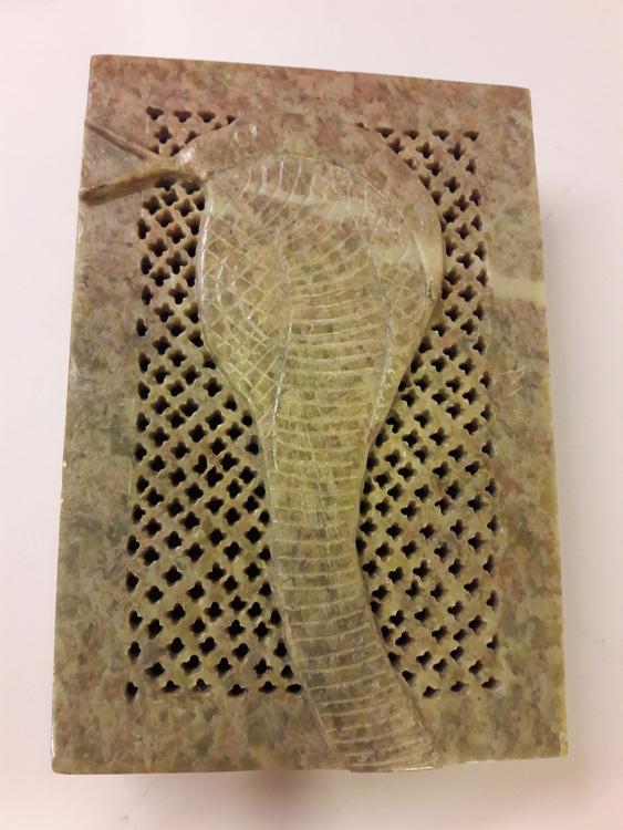 Vacker rektangulär lockask med orm-motiv, i sten