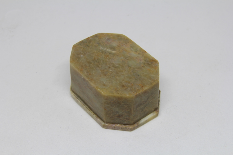 Vacker liten lockask i sten, med blomintarsia i locket, flera formvarianter