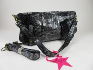 Snygg svart väska i konstläder