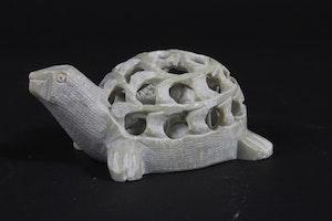 Sköldpadda utkarvad i täljsten, med invändig sköldpadda