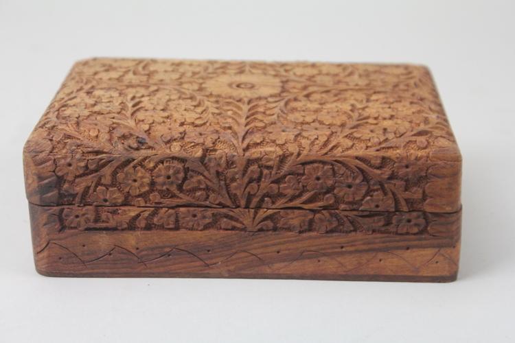 Handgjort Snidat Träskrin med Reliefdekor och Bladverk