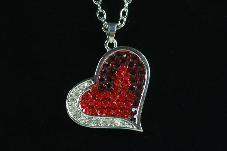 Halsband med hjärtformat hängsmycke
