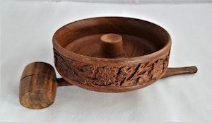 Snidad handgjord nötknäckare med skål
