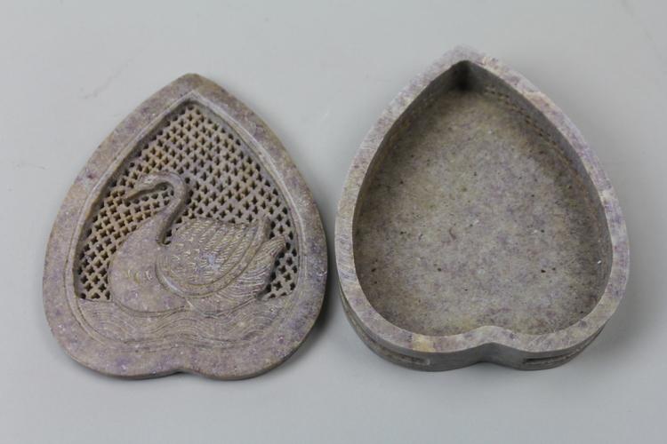 Vackert dekorerad hjärtformad ask med svanmotiv och lock i sten
