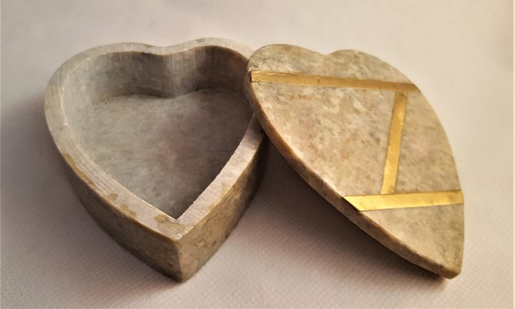 Hjärtformad ask i sten med lock