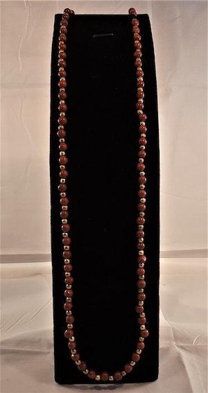 Halsband av jaspis med små stenar