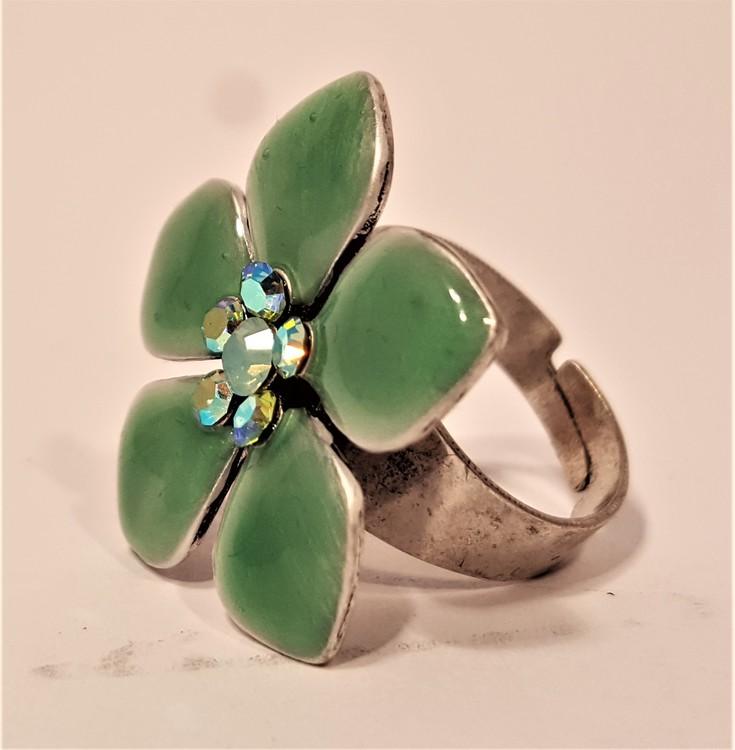 Ring med gröna detaljer i form av blommor