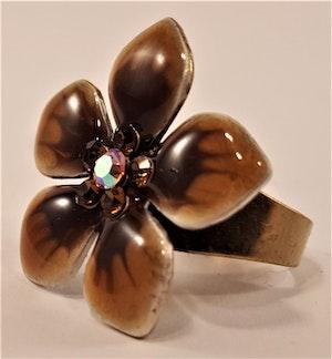 Ring med bruna detaljer i form av blommor