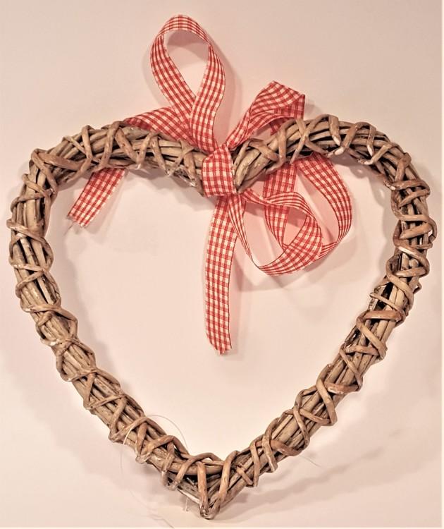Hjärta i rotting, rött/vitt band för upphängning.