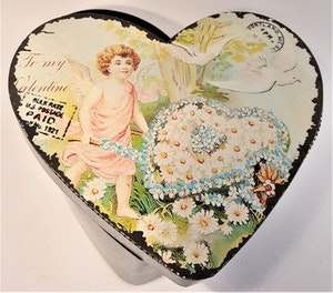 Plåtburk med kerub, hjärta