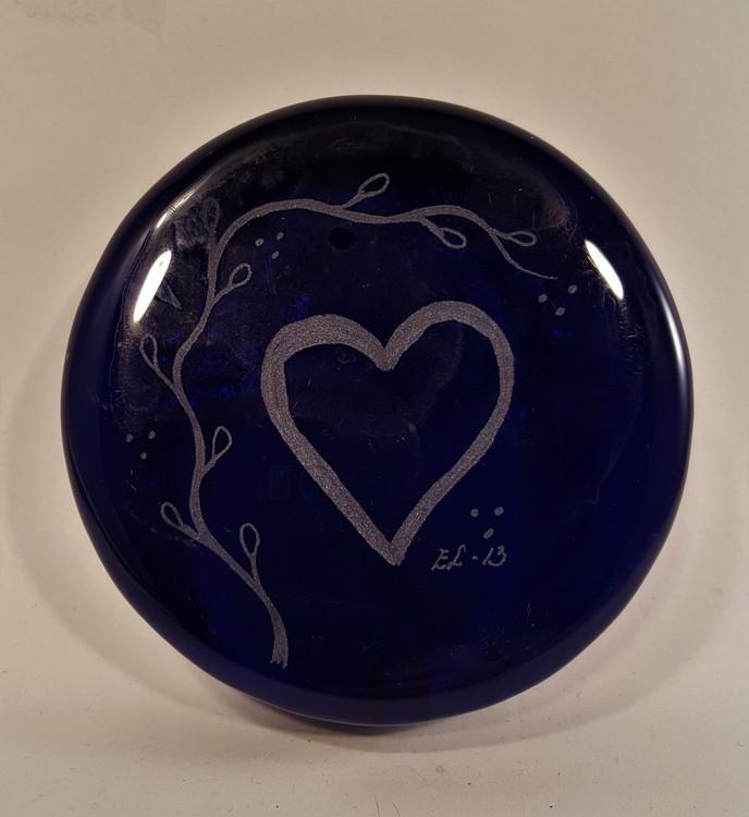 Blå glasrundel med hjärta