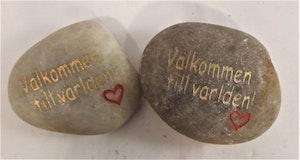 """Sten med text """"Välkommen till världen"""", x1"""