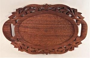 Snidad handgjord oval bricka