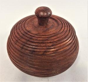 Liten rund ask i snidat trä