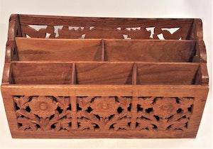 Låda med 6 fack i snidat trä
