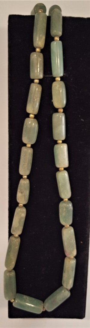 Halsband med breda jadestenar