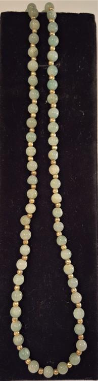 Halsband med runda små jadestenar