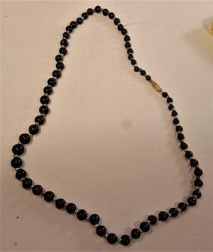 Halsband av mörkgrön agat